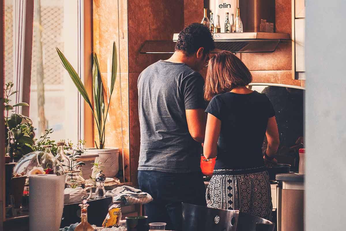 Planes para hacer en casa sin gastar mucho - plantas - cocina - pareja - pelicula
